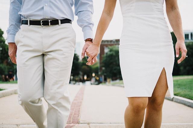 parejas felices caminando